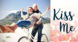 L'image composée des couples insouciants allant sur un vélo montent sur la plage Photos stock
