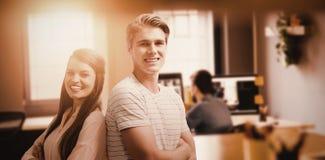 L'image composée des jeunes de sourire posent avec les bras croisés Photographie stock