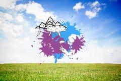L'image composée des nuages de tempête sur la peinture éclabousse Photos stock