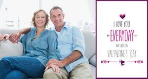 L'image composée du milieu a vieilli des couples détendant sur le divan Photos stock
