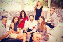 L'image composée du portrait des amis ayant le cocktail boit Photos stock