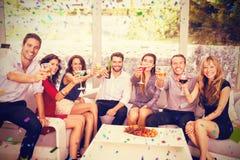 L'image composée du portrait des amis ayant le cocktail boit Image stock