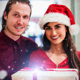 L'image composée du portrait des couples dans Noël attire la position Photographie stock