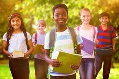 L'image composée du sourire peu d'école badine dans le couloir d'école Images libres de droits