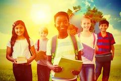 L'image composée du sourire peu d'école badine dans le couloir d'école Photo libre de droits
