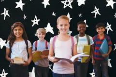 L'image composée du sourire peu d'école badine dans le couloir d'école Photo stock