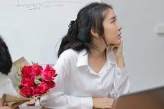 L'image cultivée de la femme asiatique fâchée refuse un bouquet des roses rouges de l'homme d'affaires Concept déçu d'amour Photos stock