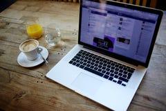 L'image cultivée du filet-livre ouvert avec l'écran pour le contenu de l'information ou le message textuel de la publicité, là es Photo stock