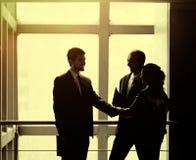 L'image d'une équipe d'affaires discutant les derniers bilans financiers et fixant l'affaire avec une poignée de main Photos libres de droits