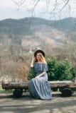 L'image d'une jeune fille à l'arrière-plan des montagnes Image stock
