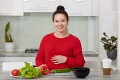 L'image de beau anticipent la femme prépare la nourriture à la cuisine, fait la salade de légume frais, mène le mode de vie sain  photo libre de droits