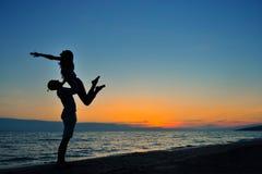 L'image de deux personnes dans l'amour au coucher du soleil Photo stock