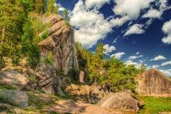 L'image de HDR des roches avec le ciel bleu. Image stock