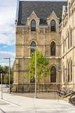 L'image de HDR du campus d'unversity d'université d'été fait du vélo la position de lampe d'arbre photos stock