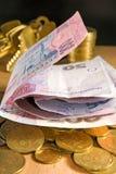 L'image de l'argent invente, les billets, clés sur un fond noir Photographie stock