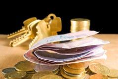 L'image de l'argent invente, les billets, clés sur un plan rapproché noir de fond Photographie stock libre de droits