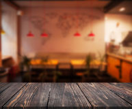 L'image de la table en bois devant le résumé a brouillé le fond de l'intérieur de restaurant peut être employée pour l'affichage  images libres de droits
