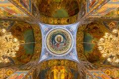 L'image de mosaïque centrale du Christ la toute-puissant dans le plafond du dôme central du temple du sauveur sur le sang renvers Photographie stock libre de droits