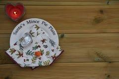 L'image de photographie de Noël du plat de mince pie de Santa montrant la carotte mangée du renne et du plat vide avec le coeur a Images stock