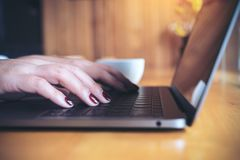 L'image de plan rapproché d'un ` s de femme d'affaires remet le travail et la dactylographie sur le clavier d'ordinateur portable Image stock
