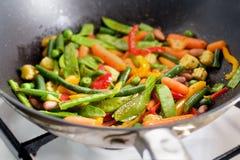 L'image de plan rapproché de rôtir les légumes mexicains se mélangent dans la vue de côté de casserole de wok Image libre de droits