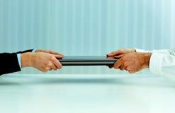 L'image de plan rapproché des affaires remet tirer un ordinateur portable Photographie stock