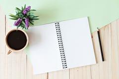 L'image de vue supérieure du carnet ouvert avec les pages vides et la tasse de café sur le fond en bois, préparent pour s'ajouter Photographie stock libre de droits