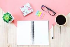 L'image de vue supérieure du carnet ouvert avec les pages vides, les accessoires et la tasse de café sur le fond en bois, prépare Photo libre de droits