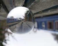 L'image des bateaux a amarré le long du canal réfracté par la boule en verre photographie stock