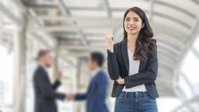 L'image des femmes d'affaires de bonheur se tiennent avec sûr dans le fron o Image libre de droits