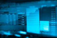 L'image du graphique de gestion et du moniteur du commerce de l'investissement dans le commerce d'or, marché boursier, marché à t photos libres de droits