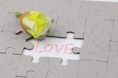 L'image du morceau de puzzle avec amour et la prune jaune se développent Photographie stock