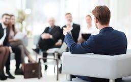l'image est brouillée homme d'affaires menant une réunion Images stock