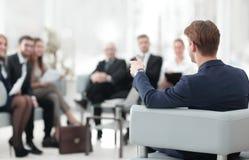 l'image est brouillée homme d'affaires menant une réunion Photos stock