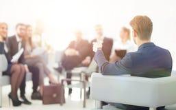 l'image est brouillée homme d'affaires menant une réunion Photo libre de droits