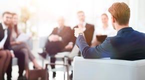 l'image est brouillée homme d'affaires menant une réunion Image stock