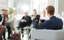 l'image est brouillée homme d'affaires menant une réunion Photographie stock