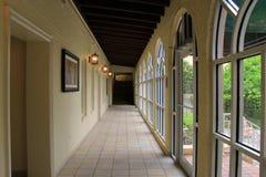 L'image magnifique du long couloir dans l'hôtel historique, le roi et le prince Beach et golf recourent, l'île de StSimons, 2015 image libre de droits