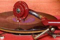 L'image montre à phonographe de vintage la marque tchèque célèbre Supraphone Le phonographe et le disque vinyle rouges de remonta Photographie stock libre de droits