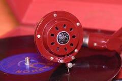 L'image montre à phonographe de vintage la marque tchèque célèbre Supraphone Le phonographe et le disque vinyle rouges de remonta Images libres de droits