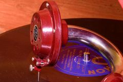 L'image montre à phonographe de vintage la marque tchèque célèbre Supraphone Le phonographe et le disque vinyle rouges de remonta Image stock