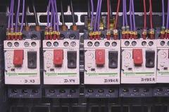 L'image montre l'armoire de contrôle Dispositif de Schneider et disjoncteurs électriques de Schneider à l'intérieur de cas de pui Photos libres de droits