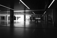L'image noire et blanche de nouveau de gare ferroviaire hall ultra-rapide de sous-sol Image stock