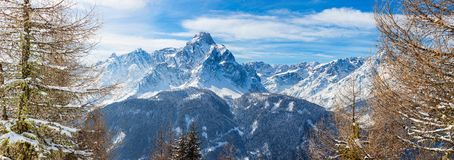 L'image panoramique du Dolomiti fait une pointe pendant le bel hiver t images libres de droits