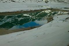 L'image reflétée des montagnes dans un lac image stock