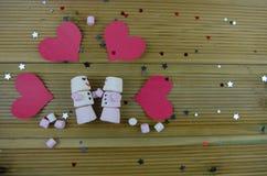 L'image romantique de photographie de saison d'hiver avec des guimauves formées en tant que bonhomme de neige de sommeil avec des Photographie stock libre de droits