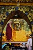 L'image supérieure de Mahamuni Bouddha de lavage de moine dans le rituel du lavage de visage d'image de Bouddha photos libres de droits