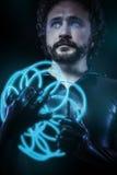 L'imagination et la science-fiction, soldat futuriste se sont habillées dans le noir Image libre de droits