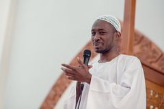 L'imam dell'africano nero dei musulmani ha una preghiera di discorso venerdì pomeriggio in una moschea immagine stock