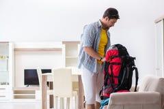L'imballaggio di viaggiatore con zaino e sacco a pelo per il suo viaggio fotografia stock libera da diritti